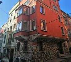 Beyoglu Evden Tarıhı bınada yuksek tavanlı kombılı temız daire