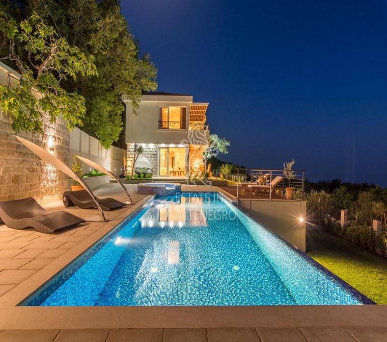 Budva, Blizikuće'de 183m² Satılık Havuzlu Lüks Villa