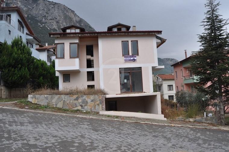 Yeni Yol Üzerinde Satılık Na-tamam Villa