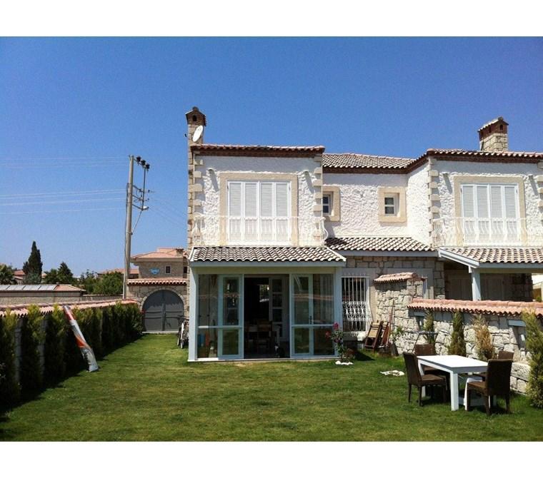 İzmir Çeşme Alaçatı Köy İçinde Bahçeli Satılık Taş Ev Villa