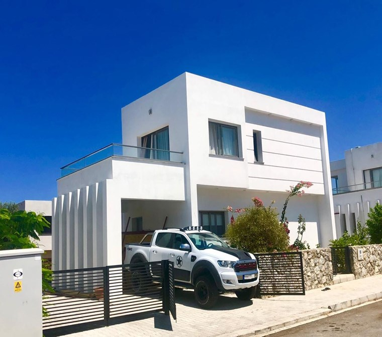 Girne Edremit'te Çevre Yolu Üzerinde Satılık 3+1 Modern Villa