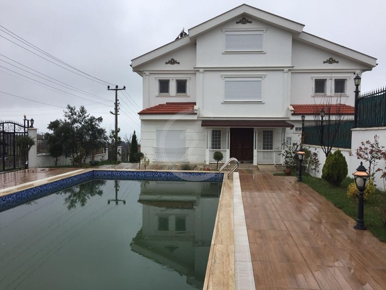 Çınarcık Esenköy 'de Havuzlu Villa