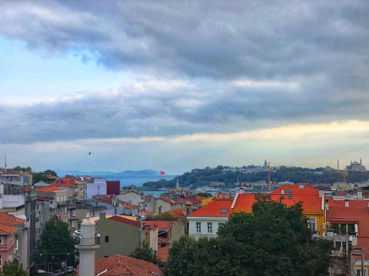 Galatasarayda deniz manzaralı 1+1 full esyalı temiz daire