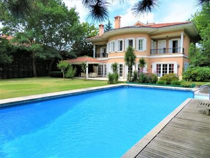 Kemer Country'de Büyük Bahçeli ve Havuzlu Satılık Villa