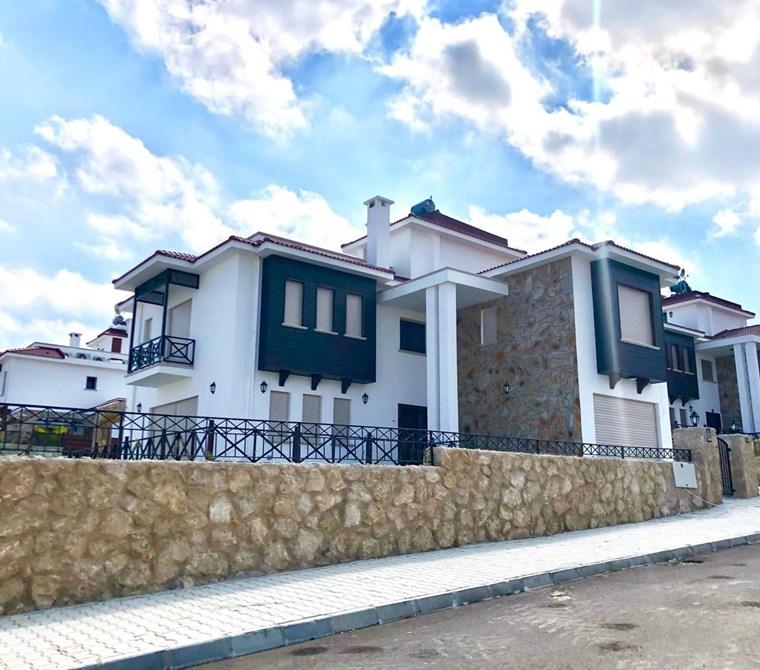 Girne'nin En Prestijli Bölgesinde Satılık lüks havuzlu villa!