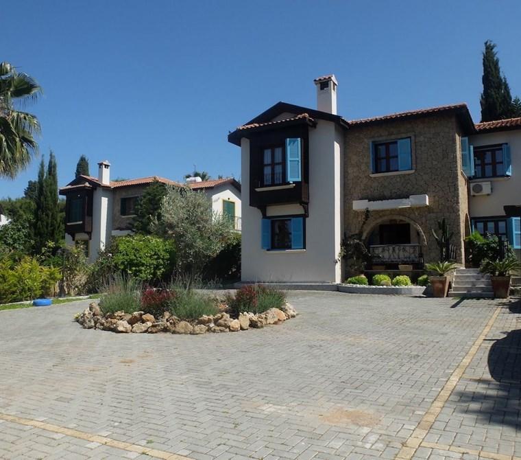 Girne Çatalköy'de 4+1 Havuzlu, Yenilenmiş, Bakımlı Villa