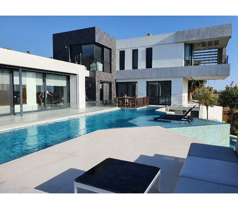 İzmir Çeşme Müstakil Havuzlu Ultra Modern Kiralık Villa