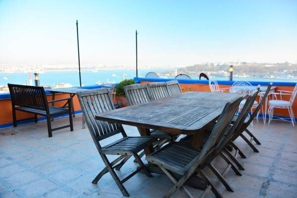 Beyoglu Evden Galatada teras manzaralı esyalı daire