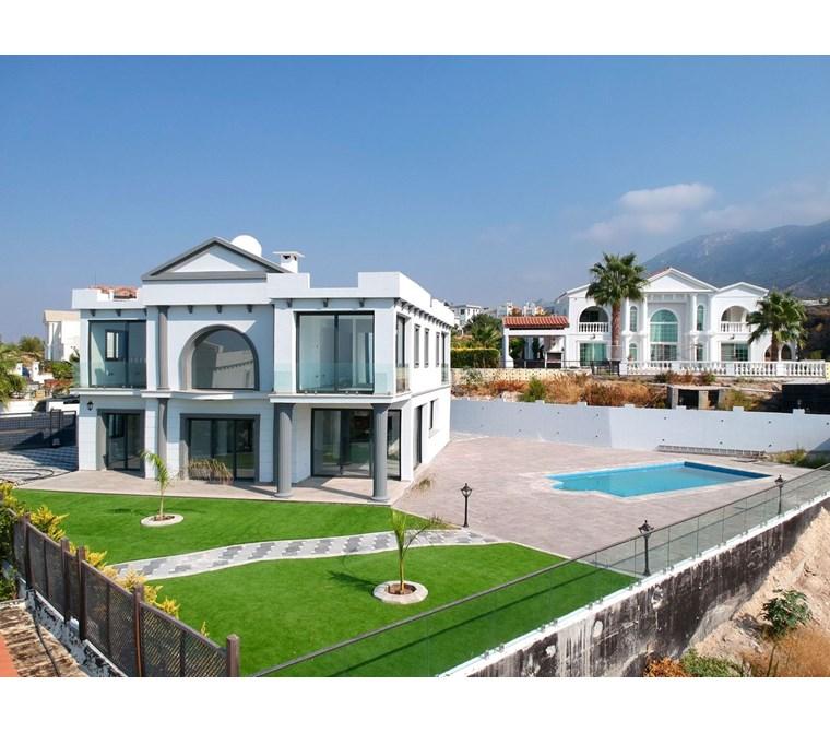 Çatalköy'de özel havuzlu ve bahçeli yepyeni satılık 4+1 villa !