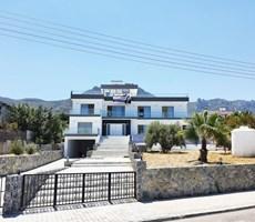 Girne Merkezinde Havuzlu 4+1 Malikane
