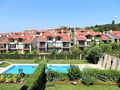 Göktürk Saklıbahçe Sitesi'nde Dekorasyonlu Satılık İkiz Villa