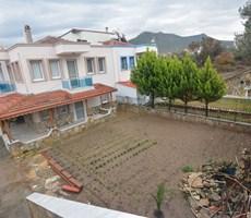 yenifoça merkezde pazaryerinde bahçeli 3+1 villla