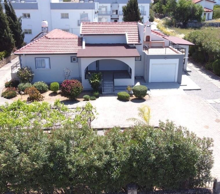 Alsancak'ta 1 dönüme yakın geniş arazi içerisinde satılık villa!