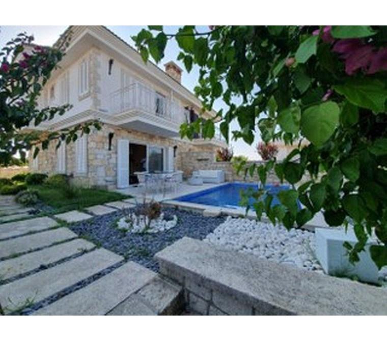 İzmir Çeşme Paşalimanı Denize Yakın Havuzlu Kiralık Villa